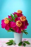 在花瓶的美丽的牡丹花束 免版税库存照片