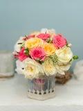 在花瓶的美丽的玫瑰 免版税库存照片