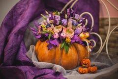 在花瓶的美丽的秋天花束从南瓜 免版税图库摄影