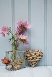 在花瓶的美丽的花有心脏静物画爱概念的 图库摄影