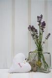 在花瓶的美丽的花有心脏静物画爱概念的 库存图片