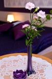 在花瓶的花在一张桌上在卧室 免版税库存照片