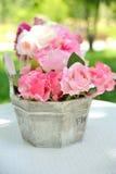 在花瓶的花在桌上 库存照片