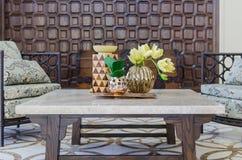 在花瓶的花在mable桌上 免版税图库摄影