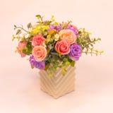 在花瓶的葡萄酒人为玫瑰色花 免版税图库摄影