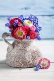 在花瓶的蓝色春天花 免版税图库摄影