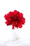 在花瓶的被隔绝的红色鲜花婚礼花束在白色b 免版税库存照片