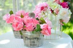 在花瓶的装饰人为玫瑰花 免版税库存照片