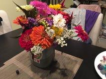 在花瓶的鲜花从采撷你自己的农场 免版税库存照片