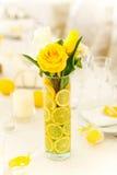 在花瓶的黄色玫瑰 图库摄影