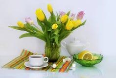 在花瓶的黄色郁金香 免版税库存照片