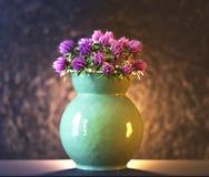 在花瓶3d例证的紫罗兰色花 库存图片