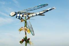 在花的多彩多姿的蜻蜓由小块制成 回收和废减少概念 库存照片