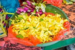 在花的安排的里面一个市场在一张桌上的,在市登巴萨在印度尼西亚 免版税库存照片