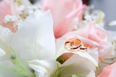 在花的新的金子婚戒 免版税库存图片