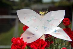 在花的纸蝴蝶 库存图片