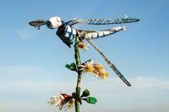 在花的蜻蜓由小块制成 回收和废减少概念 免版税库存图片