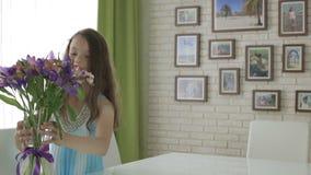 在花礼物花束带来的美丽的女孩  股票录像