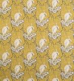 在花纹花样黄色背景墙纸样片的白色鸟 免版税库存图片