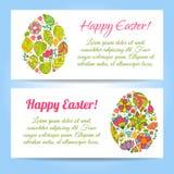在花背景的复活节彩蛋。 免版税库存图片