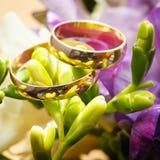 在花花束的婚戒新娘的 免版税库存照片