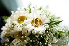 在花花束的婚戒  库存图片