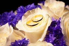 在花花束的婚戒  免版税库存图片