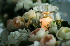 在花附近的蜡烛 免版税库存图片