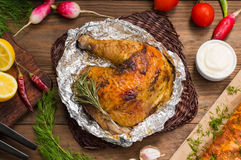 在芳香抚人的调味汁、辣意大利草本和新鲜的柠檬用卤汁泡的烤鸡火腿 在木的餐馆供应 库存图片
