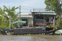 在芹苴市水路的小船 免版税库存图片