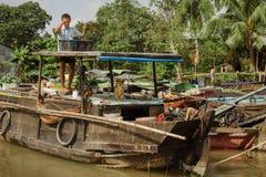 在芹苴市浮动市场上的木小船在越南 库存图片