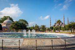 在苏丹ahmet正方形的喷泉 蓝色清真寺,伊斯坦布尔,土耳其人 免版税库存照片