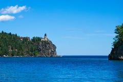 在苏必利尔湖北部岸的分裂岩石灯塔在德卢斯明尼苏达附近的 免版税库存照片