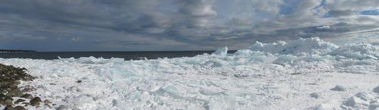 在苏必利尔湖畔的冰 库存照片