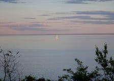 在苏必利尔湖的孤立风船 库存图片