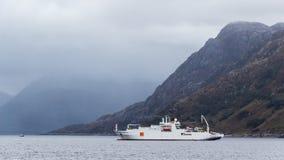 在苏格兰岸的缆绳船 免版税图库摄影