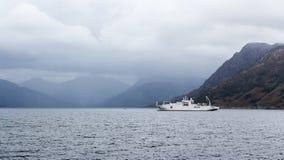 在苏格兰海岸的缆绳船 免版税库存照片