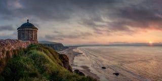 在苏格兰男用短裙岩石,斯凯岛,苏格兰小岛的日落  库存图片