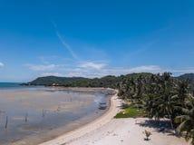 在苏梅岛海岛上的热带海岸在泰国,鸟瞰图 免版税图库摄影