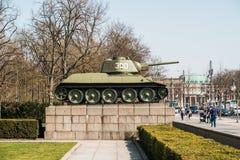 在苏联战争纪念建筑蒂尔加滕的坦克在柏林,德国 库存图片