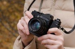 在苏联照相机的手上 免版税库存照片