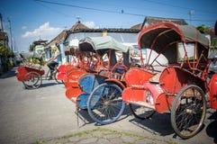 在苏腊卡尔塔,印度尼西亚街道的Trishaws  免版税库存照片
