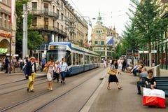 在苏黎世市中心Bahnhofstrasse街的连续电车  免版税图库摄影