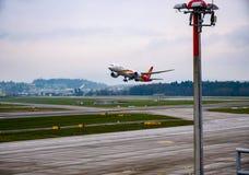 在苏黎世机场的四川平面起飞 免版税库存图片
