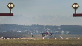 在苏黎世机场的飞机着陆在白天 股票录像