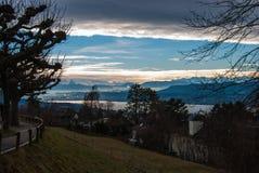 在苏黎世湖的看法到多雪的山里 库存照片