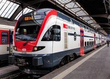 在苏黎世主要火车站平台的旅客列车  免版税库存照片