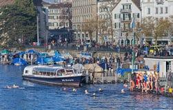 在苏黎世Samichlaus-Schwimmen事件期间的Limmatquai码头 库存照片