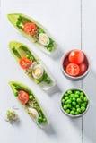 在苦苣生茯的独特的沙拉用鲕梨、芦笋和豌豆 库存图片