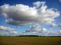 在英亩的晴朗的云彩在秋天 库存图片